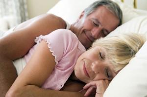 Las personas mayores, duermen menos horas