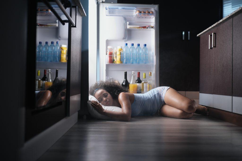 Mujer duerme en el frigorifico